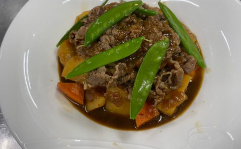 スープで煮込む簡単肉じゃがのレシピ!