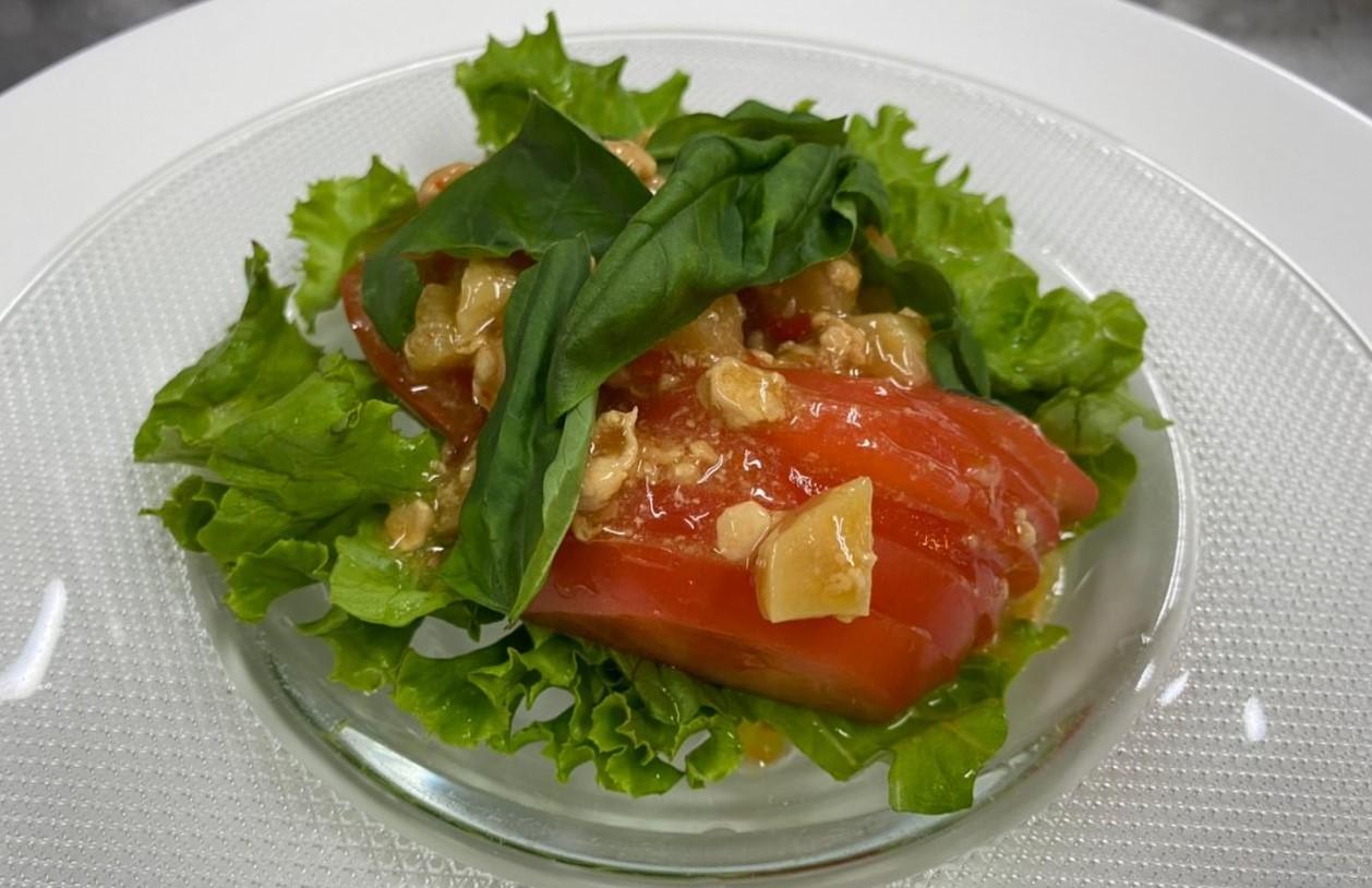 タイ風ガパオのトマトサラダ